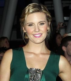 Maggie Grace She lived in Hawaii during the filming of the show's first season, and signed on to star opposite Tom Welling in The Fog, a 2005 remake of the 1980 horror film of the same name, as a character originally played by Jamie Lee Curtis Stretch Mark Cream, Stretch Marks, Jane Austen Book Club, Hank Moody, Types Of Warts, Cuts And Bruises, The Taken, Maggie Grace, Apa Style