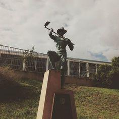 Escultura dedicada a todos los agricultores que día a día se dirigen a la huerta a cuidar de sus cultivos by riba_roja_de_turia