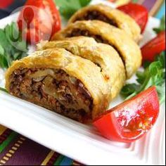 Roll Pastry Filled with Meat - an easy ground beef filling inside a sheet of puff pastry. You'll need to add some seasoning. Mexican Food Recipes, Beef Recipes, Dinner Recipes, Cooking Recipes, Healthy Recipes, Ethnic Recipes, Dinner Ideas, Recipies, Empanadas
