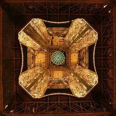 Der Eiffelturm von unten fotografiert on http://www.drlima.net