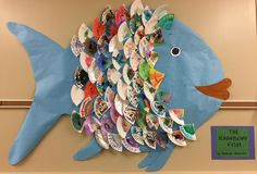 Class rainbow fish made using paper plates. The students used watercolor to decorate the plate pieces. Rainbow Fish Eyfs, Rainbow Fish Activities, Rainbow Fish Crafts, Collaborative Art Projects For Kids, Kindergarten Art Projects, Classroom Art Projects, Kindergarten Lessons, Rainbow Fish Bulletin Board, Grade 1 Art