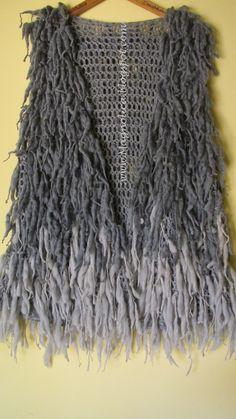 Crochet Fringes vest - Photo T Gilet Crochet, Crochet Fringe, Crochet Jacket, Love Crochet, Crochet Shawl, Knit Crochet, Crochet Clothes, Crochet Projects, Knitwear