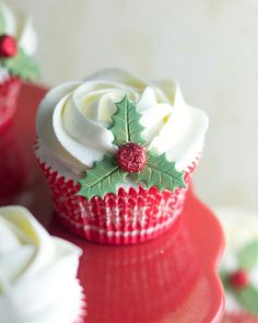 Incredibly Cute Christmas Cupcakes Christmas is the time to indulge. You've avoided sweet treats like candies, chocolates and cupcakes all year. But Christmas calls for mouth watering sweets. Christmas Sweets, Christmas Kitchen, Christmas Cooking, Noel Christmas, Christmas Goodies, Christmas Cakes, Christmas Colors, Christmas Cupcakes Decoration, Holiday Cupcakes