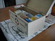 lääkelaatikko -  (saa olla puuta tai metallia)