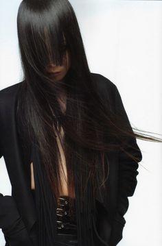 Avanzava in mezzo a una selva di sguardi mentre i lunghi capelli neri e lisci le scendevano sulle spalle ondeggiando e coprendole un po' il viso, del quale notai gli occhi scuri e gli zigomi pronunciati. - (Un tipo molto calmo e la sua ragazza un po' nervosa) #romanzo