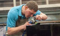 Mit moderner Technik geht es einfach besser. Druckluftbetriebene Schleifscheiben erleichtern das Fasen der Kanten.