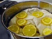 Paso 1 de 5 - Un remedio casero para blanquear la ropa de forma natural es coger un recipiente grande e introducir agua ...