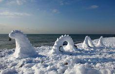 Snowy Loch Ness Monster in snowy Brighton Beach, Brighton, southern England. Winter Szenen, Winter Beach, Winter Time, Funny Snowman, Ice Art, Snow Sculptures, Loch Ness Monster, Snow Art, History