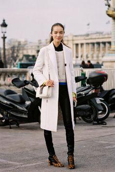 Long white coat + white jumper over black shirt + black leather leggings + leopard print booties Street Style Shoes, Model Street Style, Street Chic, Street Wear, Fashion Week, Fashion Photo, Paris Fashion, Net Fashion, Fashion Mode
