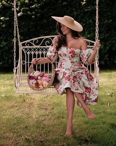 Eternal June 🥀 Peoneve perfectly captures the last of the peonies, the blooming roses, the bird song, the sunny… Rosie Londoner, British Style, British Fashion, Blooming Rose, Everyday Outfits, Style Icons, Preppy, Beautiful Dresses, Spring Summer