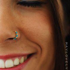 Piercing no Nariz nostril com  pedra azul