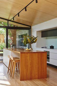 Gallery Bluestone Terrace Pavillion by Altereco Design / Local Project Kitchen Benches, Kitchen Nook, Kitchen Island, Kitchen Ideas, Timber Benchtop, Kitchen Interior, Kitchen Design, Rammed Earth Homes, Interior Architecture
