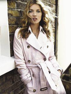 Kate Moss photographiée par Mario Testino pour la campagne Burberry en 2015