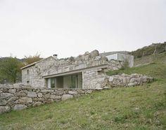 Nuno Brandão Costa - Melgaço house, set within the existing stone ruins on the site, Parada do Monte e Cubalhão 2016. Via, photos © André Cepeda.