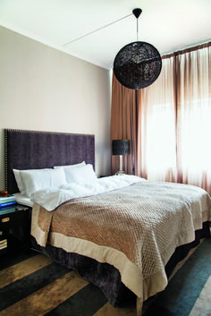 Hotellhygge. Soverommet har en luksuriøs hotellfølelse med florlette gardiner fra Almedahls, som lar lyset skinne gjennom, men likevel skjermer. Teppet er også fra Almedahls, og sengeteppet er fra Kelly Hoppen. Lampen er Random Light fra Moooi. Lights, Furniture, Inspiration, Bedrooms, Home Decor, Lily, Highlight, Quartos, Homemade Home Decor