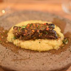 O@laminga_cl vai além dospescados experimentamos um Assado de Tira Braseado que estava divino. Este prato é chamado de braseado porque a cocção é feita durante muito tempo em baixa temperatura mantendo a textura e ficando extremamente macio. A carne é servida sobre uma Pastelera de Choclo com milho manjericão e um toque de manteiga.Contamos tudo aqui:http://bit.ly/LamingaR . . . . .  #laminga_cl #laminga #comidachilena #chileanfood #Chilegram #turistikchile #Chile #MeGusta #SantiagoNoPara…