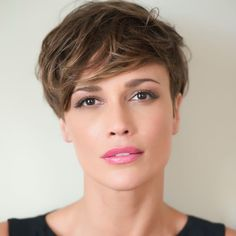 Newest layered short haircuts from 2019 for round faces - Long Bob Hairstyles 2019 Short Hair Cuts For Round Faces, Very Short Hair, Short Hair With Bangs, Short Hair Styles, Trending Hairstyles, Pixie Haircut, Hairstyles With Bangs, Cute Haircuts, Round Face Haircuts