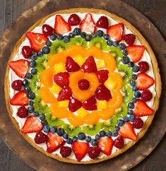 Cette pizza aux fruits n'est pas juste belle, c'est le mélange parfait entre la fraîcheur et la décadence. En plus, c'est fait sur de la pâte à biscuits. C'est parfait pour la fête des Mères! Miam :) Fruit Pizza Cups, Fruit Pizza Frosting, Mini Fruit Pizzas, Easy Fruit Pizza, Fruit Pizza Recipes, Pizza Food, Food Food, Fruit Pizza Recipe With Glaze, Sugar Cookie Dough
