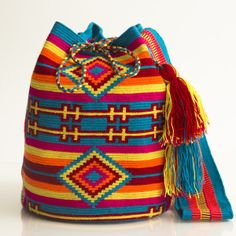 Hermosa Collection Wayuu Bags Handmade by One Thread at a time. Una Hebra Wayuu Mochila Bags of the Finest Quality. Mochila Crochet, Crochet Tote, Crochet Handbags, Crochet Purses, Knit Or Crochet, Crochet Stitches, Crochet Patterns, Tapestry Bag, Tapestry Crochet