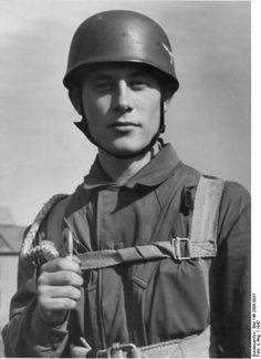 Toni Schneiders bei der Ausbildung zum Fallschirmjäger, 1942, pin by Paolo Marzioli