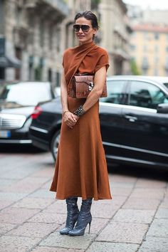 Street Style: Milan Fashion Week Spring Love the copper-colored bag and black boots with the burnt orange dress. Milan Fashion Week Street Style, Looks Street Style, Milano Fashion Week, Spring Street Style, Street Chic, Street Wear, Paris Street, Mode Chic, Mode Style