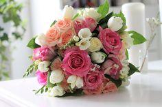 Buchet de flori Blooming Garden Scaldate in tonuri gurmande de roz si somon, florile ce compun acest buchet se combina atat de armonios,