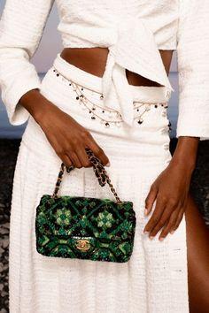 Aug 3, 2020 - Весна-лето 2021 / Resort / НЕДЕЛЯ МОДЫ: Париж #bag Chanel Resort, Chanel Cruise, Catherine Deneuve, Luxury Lifestyle Fashion, Luxury Fashion, Vogue Paris, Karl Lagerfeld, Tweed, Purses And Handbags