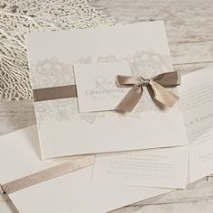 Coup de cœur pour ce sublime faire-part mariage aux arasbesques dentellées. L'atout de cette invitation mariage : la petite carte intégrée pour inviter vos proches au dîner & à la soirée dansante. Le joli ruban est livré d'office et sera à monter vous-