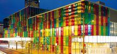 Utilizar vidro colorido na fachada do prédio pode gerar efeitos visuais bem bacanas conforme a iluminação do ambiente