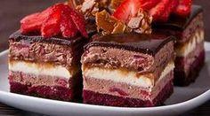"""Prăjitura """"Fermecătoare"""" – cea mai fină şi ademenitoare prăjitură, ce se topește în gură. Te va cuceri instantaneu cu gustul său divin! Încearcă-o nu mai sta pe gânduri! INGREDIENTE: Pentru blat : 30 g de gălbenuș 40 g de albuș 48 g de zahăr 15 g de cacao pentru jeleul de zmeură 200 g de … Romanian Desserts, Romanian Food, Homemade Sweets, Russian Recipes, Sweet Tarts, Dessert Drinks, Sweets Recipes, Something Sweet, Vegan Chocolate"""