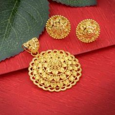 Explore the wide range of trendy collection of gold pendant sets designs at Waman Hari Pethe Sons. Gold Chain Design, Gold Bangles Design, Gold Earrings Designs, Gold Jewellery Design, Gold Chain With Pendant, Gold Pendants, Pendant Set, Pendant Jewelry, Pendant Necklace