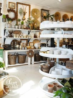 Fall Store Displays, Antique Store Displays, Gift Shop Displays, Gift Shop Interiors, Store Interiors, Vintage Interiors, Antique Booth Ideas, Shop Shelving, Showroom
