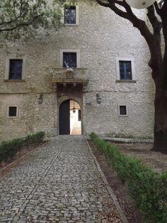 Monteroduni - Ingresso Corte Castello Pignatelli. 41°31′00″N 14°10′00″E