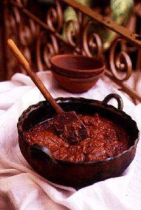 ¡Un guiso para chuparse los dedos! Ingredientes: para 8 – 5 chiles guajillo secos – 3 chiles anchos secos – 6 dientes de ajo, pelados y finamente picado – 1 1/2 cdta. orégano mexicano seco – 3/4 cda. canela molida mexicana – 4 tomates grandes, picados – 1 cebolla blanca grande, pelado y finamente picado…