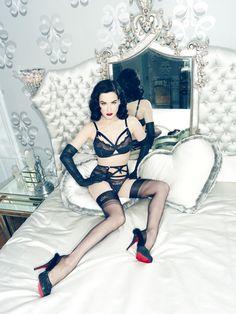 """Le monde du bondage fait aussi partie du burlesque d'aujourd'hui. Un thème subtilement abordé avec cet ensemble composé de bandes élastiques et de rubans qui rappellent les liens des pratiques sadomasochistes. L'ensemble en satin et dentelle s'appelle """"Madam X""""."""