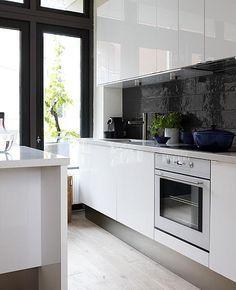 witte greeploze keuken zwarte tegels - Google zoeken