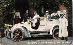William Booth, Gründer der Heilsarmee Anfang des 20. Jahrhunderts in einem Auto mit offenem Verdeck.
