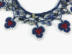 Oya blanco azul rojo flores collar de Crochet con perlas