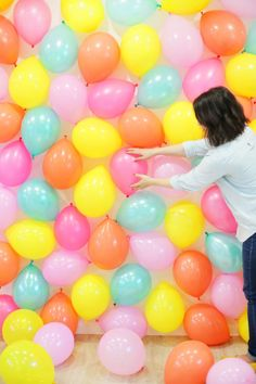 How's this for a party? We wanted to do something fun and a little special with our pal Kelly's balloons from her balloon shop, and I figured since she's so festive a DIY photo backdrop would be in order!Read More partykulissen Picture Backdrops, Diy Photo Backdrop, Backdrop Frame, Backdrop Ideas, Easter Backdrops, Backdrops For Parties, Ballon Backdrop, Diy Fotokabine, Party Kulissen