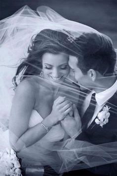 Photo de couple mariage : sous le voile de la mariée