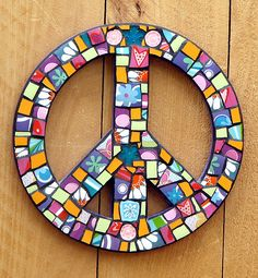 Peace sign made from tile pieces mosaic art Hippie Peace, Hippie Love, Hippie Style, Mosaic Art, Mosaic Glass, Mosaic Tiles, Stained Glass, Peace On Earth, World Peace