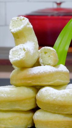 Some people like village donuts, some others prefer donuts that are sold in those malls. Cokies Recipes, Donut Recipes, Dessert Recipes, Indonesian Desserts, Indonesian Food, Yummy Snacks, Yummy Food, Donuts, Cooking Cake