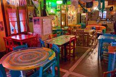 """Estamos en Península Valdés.en la provincia de Chubut.Argentina  Llegado el atardecer, el cielo se vistió de rojos intensos y la gélida brisa nos convenció de ir al restaurante """"La Estación"""" para calentarnos y disfrutar de una inigualable pizza de mariscos, tan colorida como la decoración de este pintoresco lugar."""