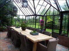 Mooi met deze tegels en ruim opgezette tuinkas/serre/orangerie