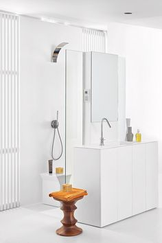 Screen is a technical wall in Corian® aiming at organizing the different bathroom areas.