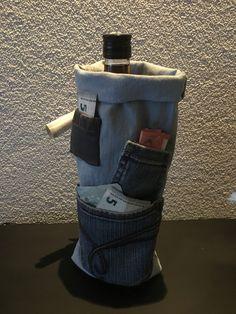Geld kado idee met n fles drank erin , zelf gemaakt van oude spijkerbroeken