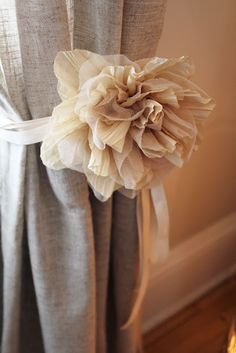 Some good and inexpensive ideas for home deco- not all are shabby chic. Do It Yourself Baby, Curtain Ties, Curtain Holder, Curtain Tie Backs Diy, Ribbon Curtain, Curtain Fabric, Burlap Flowers, Fabric Flowers, Ribbon Flower
