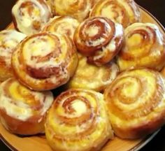 ТВОРОЖНЫЕ ЗАВИТУШКИ в СМЕТАННОЙ ЗАЛИВКЕ - рецепт с фотографиями - Patee. Рецепты Hungarian Recipes, Doughnut, Sausage, Garlic, Muffin, Sweets, Cookies, Meat, Baking