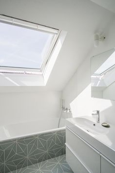 Bright, light & tranquil renovated bathroom | Brussel apartment visit | sitsitso.com