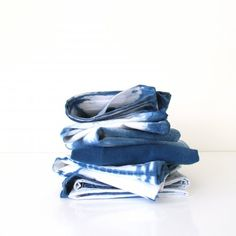 A step by step tutorial on how to make gorgeous indigo tea towels using shibori dyeing techniques. Great hostess gifts!